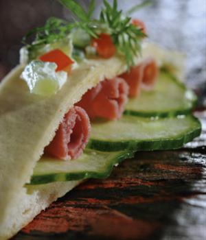 Pitabroodjes met pastrami, komkommer en dille