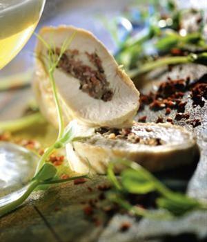 Parelhoenborstfilet met champignons en serranoham