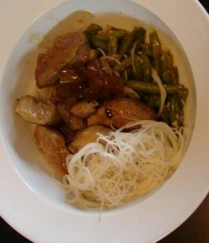 Thaise pikante varkenshaas met boontjes en prei