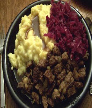 Hachee met rodekool en aardappelpuree