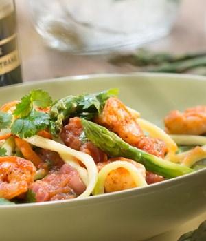 Courgette-pasta met asperges en gamba's