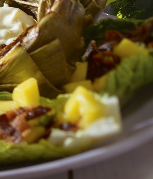 Roma sla gevuld met mango, bacon en munt