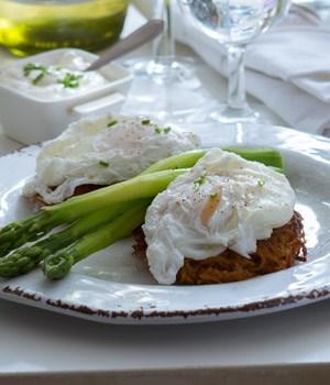 Gepocheerde eieren met zoete aardappelrösti en asperges