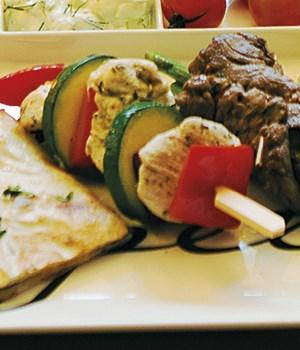 Mini spies met kip gegrilde groenten en tzatziki
