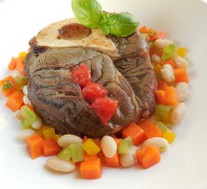 Ossobucco  met tomatensaus , witte bonen en wortel