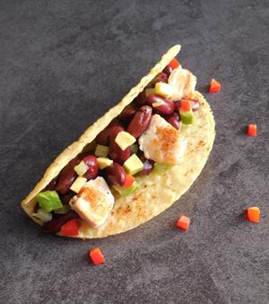Tacos  met kip, avocado en rode bonen