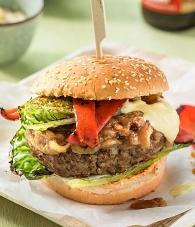 Hamburger met in bier gestoofde ui, gegrilde sla en mosterdmayo