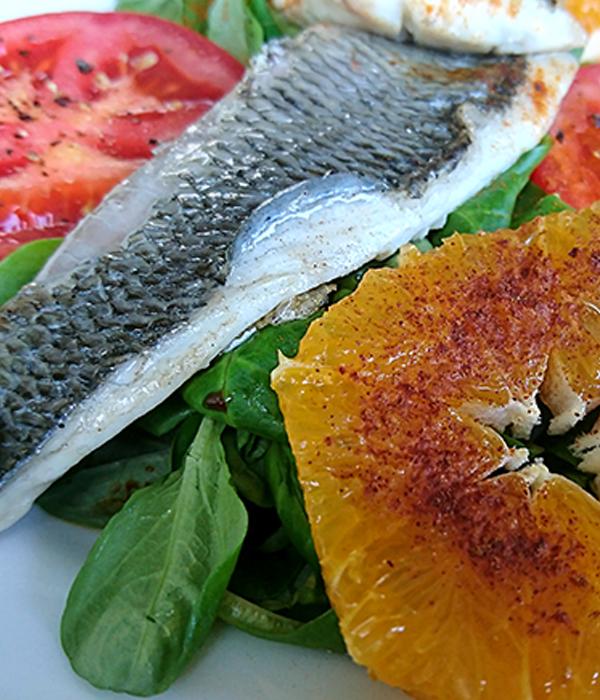 Salade met dorade en sinaasappel en tomaat