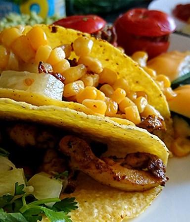 Taco's  met kip, ananas en gevulde tomaten