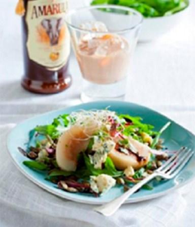 Salade met blauwe kaas  en in Amarula gepocheerde peren