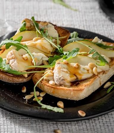 Stokbroodje met gorgonzola, peer  en appelstroop