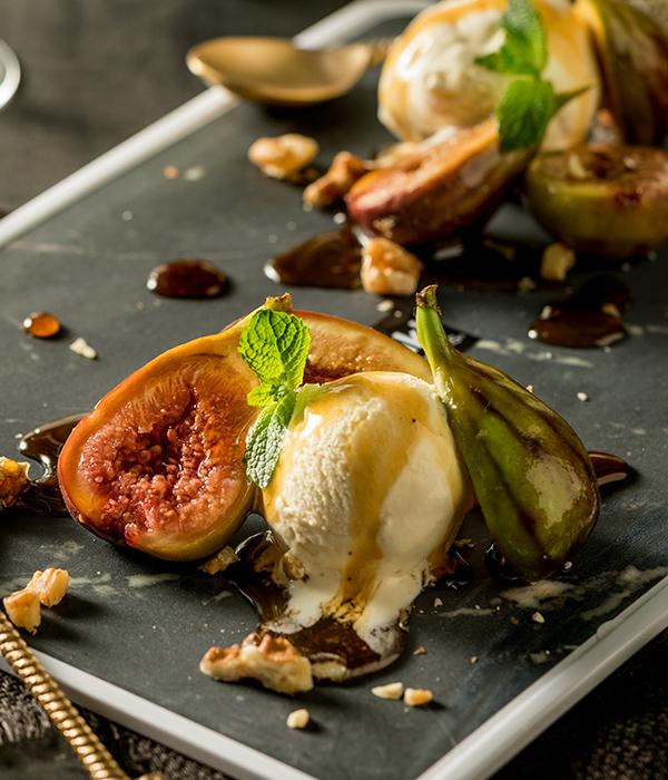 Vijgen met vanille-ijs, walnoten en honing-muntsiroop