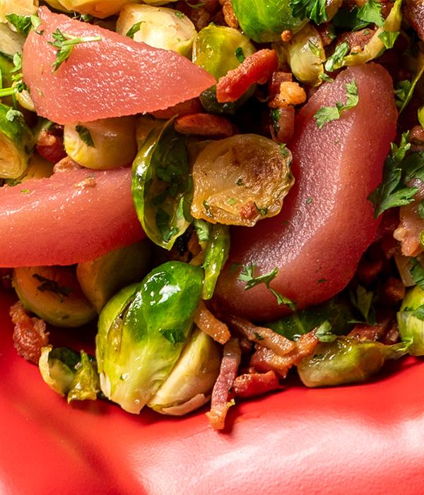 Lauwwarme spruitjessalade met stoofpeer en spekjes